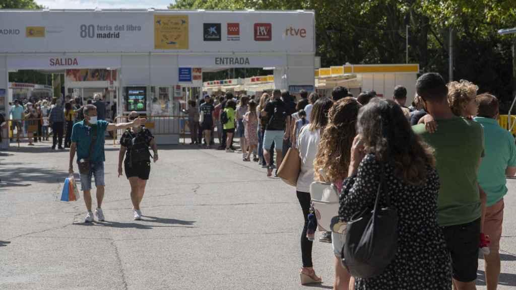 Largas colas en la primera Feria del Libro de Madrid en pandemia.