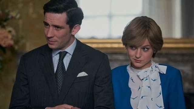 Josh O'connor como el príncipe Carlos y Emma Corrin en el papel de la princesa Diana.