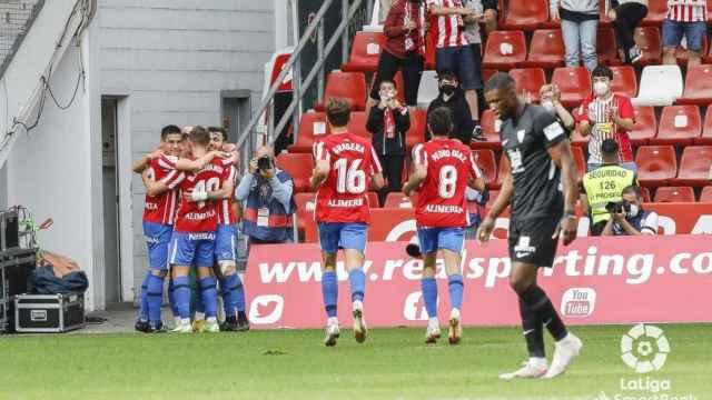 Los jugadores del Sporting celebran un gol ante Sekou.