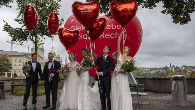 Parejas celebran la aprobación del matrimonio igualitario en Berna, Suiza.