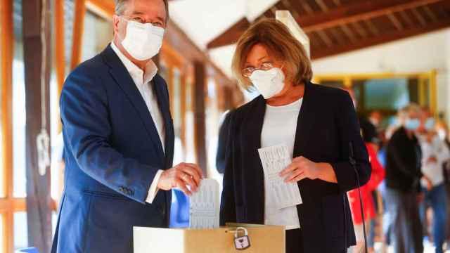 El candidato de CDU, Armin Laschet, votando junto a su mujer Susanne Laschet en Aachen, Alemania.