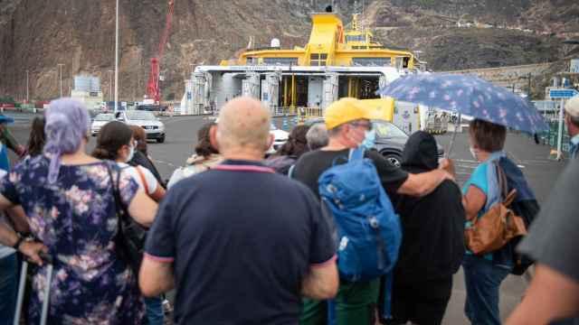 Una imagen de la salida del barco de Fred Olsen a las 17 horas de este domingo.