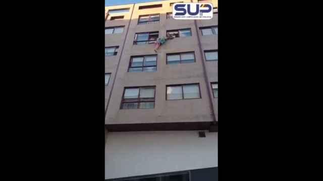 El espectacular rescate de una mujer que quería saltar de un cuarto piso en Pontevedra