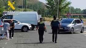 Agentes de la Guardia Civil de servicio en un área de descanso