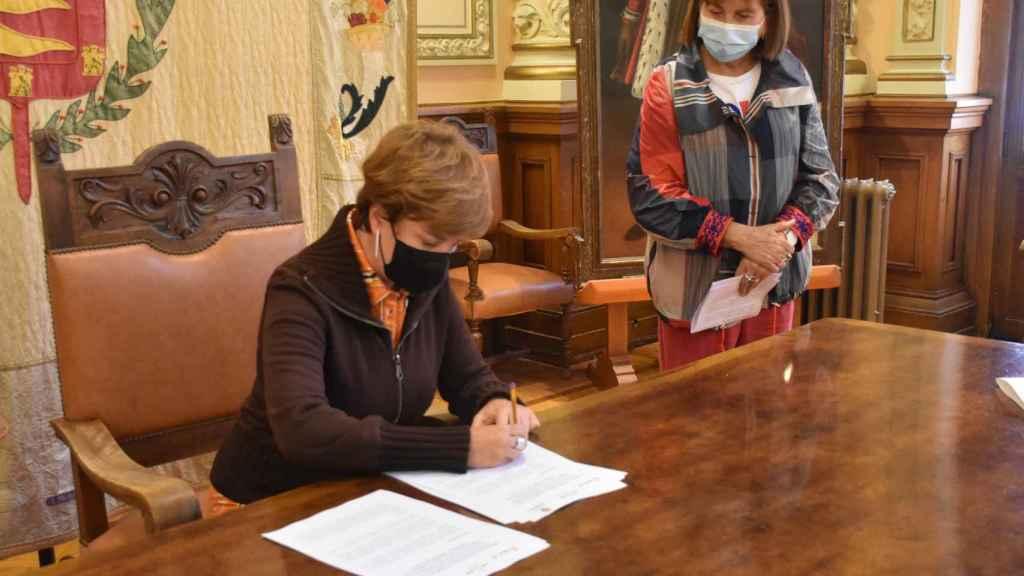 María Sánchez firma el convenio con VallaEcolid