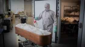 Un operario de una funeraria desinfecta un ataúd en plena pandemia