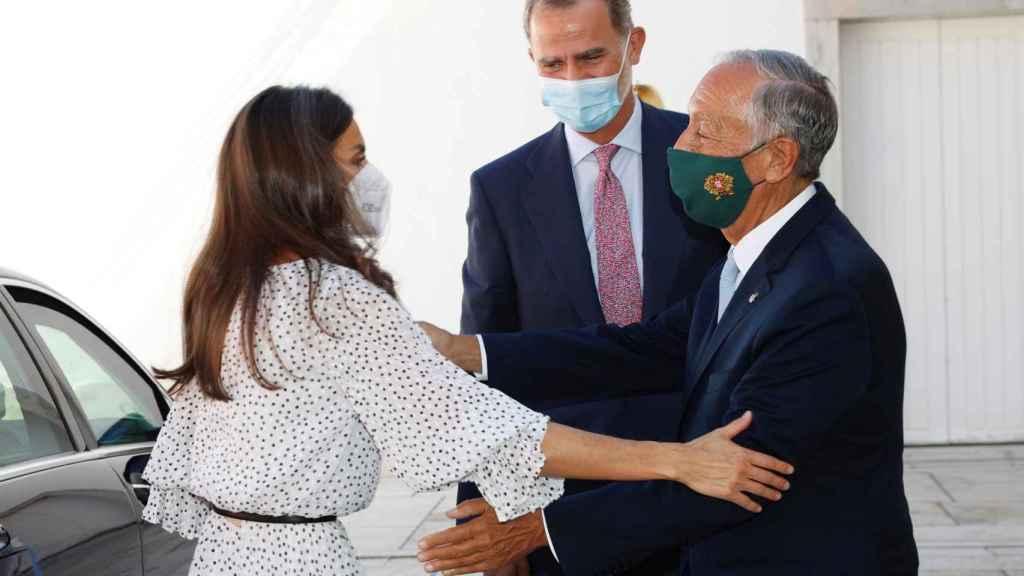 Letizia saludando a Marcelo Rebelo da Sousa en Lisboa.