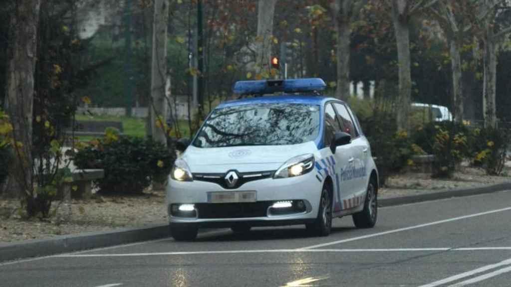 Coche de la Policía Local de patrulla por las calles de Valladolid