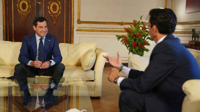 Juanma Moreno y el alcalde de Granada (PSOE), Francisco Cuenca, reunidos en la sede del Gobierno andaluz.