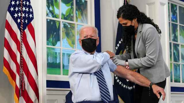 Biden se vacuna por tercera vez contra la Covid-19.