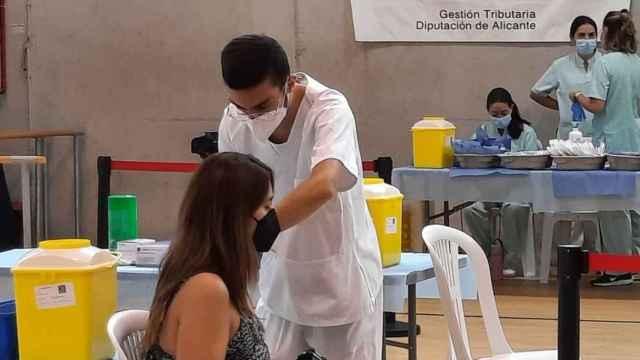 Un enfermero inocula con una dosis de la vacuna frente a la Covid en El Toscar (Elche).