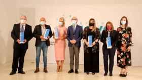 El consejero Javier Ortega posa con las premiadas