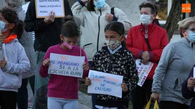 Los escolares muestran pancartas de protesta