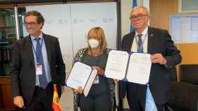 De izquierda a derecha, director de Desarrol de Negocio de ENUSA, directora Corporativa de ENUSA y director General Adjunto y jefe del Departamento de Energía Nuclear del OIEA