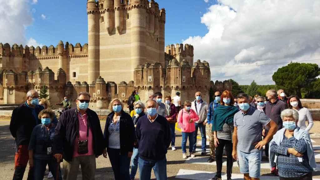 Participantes de 'Viajero, yo te enseñaré Segovia' en el castillo de Coca