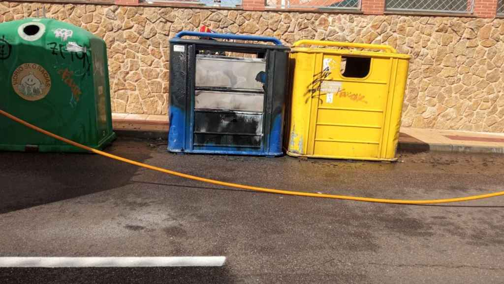 Contenedor de papel quemado por dos menores en Benavente