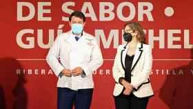 Fernández Mañueco posa con la chaquetilla en el evento de Tierra de Sabor y la Guía Michelín