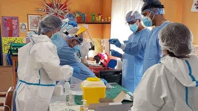Personal sanitario prepara unas vacunas