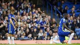 Marcos Alonso, señalándose el lema contra el racismo antes de un partido del Chelsea