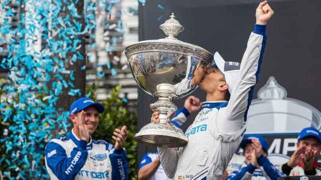 Alex Palou con el título de la Copa Astor de campeón de la IndyCar Series