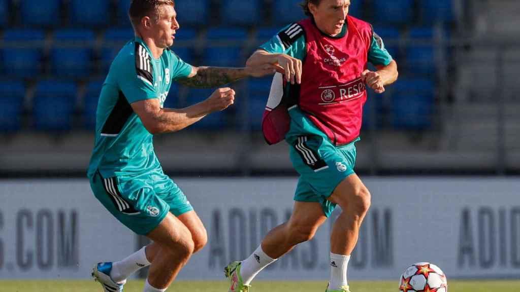 Toni Kroos y Luka Modric, en un entrenamiento del Real Madrid