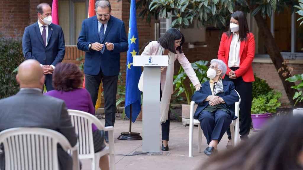 La ministra de Sanidad, Carolina Darias, acompaña a Araceli en la recepción de la tercera dosis de coronavirus. Foto: EUROPA PRESS / RAFA MARTÍN