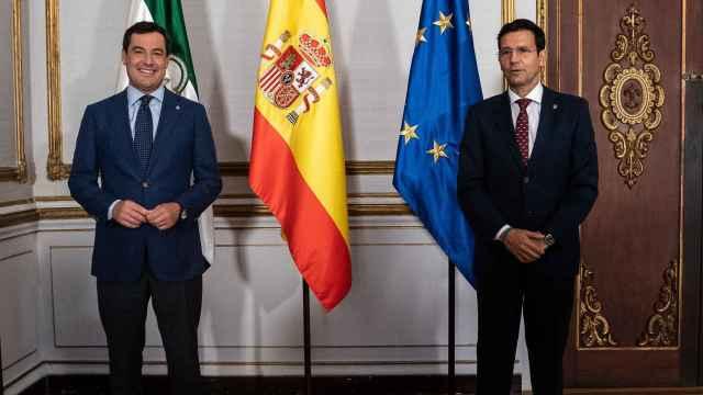 El presidente de la Junta , Juanma Moreno, y el alcalde de Granada, Francisco Cuenca, en San Telmo.