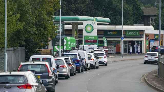 La compra de gasolina ante el pánico de que se acabe causa serios problemas en gasolineras de Reino Unido