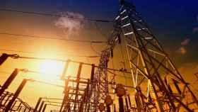 Alarma en las comercializadoras de electricidad: las grandes, presionadas por el Gobierno, y las pequeñas, por el precio de la luz