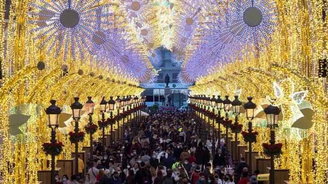 Imagen de la calle Larios atestadas de personas el día del encendido de las luces de Navidad, en Málaga.