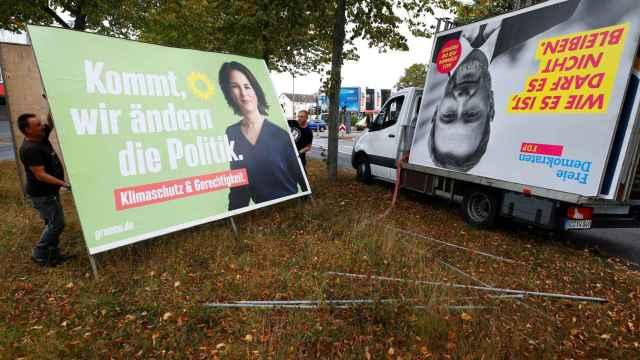 Un cartel electoral de Los Verdes (izquierda) junto a otro de los liberales (derecha)