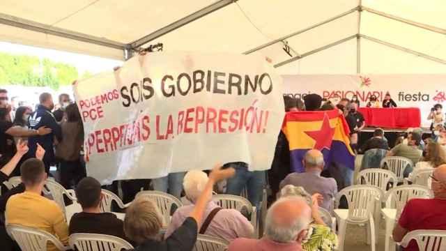 Fotografía del escrache a Pablo Iglesias durante las fiestas del PCE.