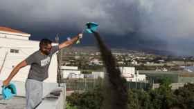 Un vecino limpia su tejado de lava.