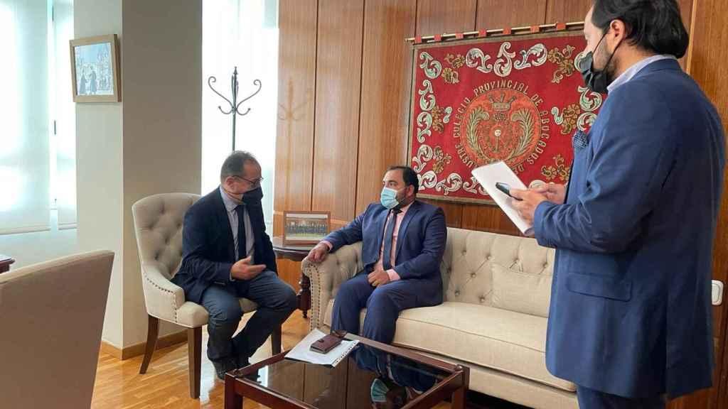 Zabihullah Karimullah con miembros del Colegio de Abogados y la ULE