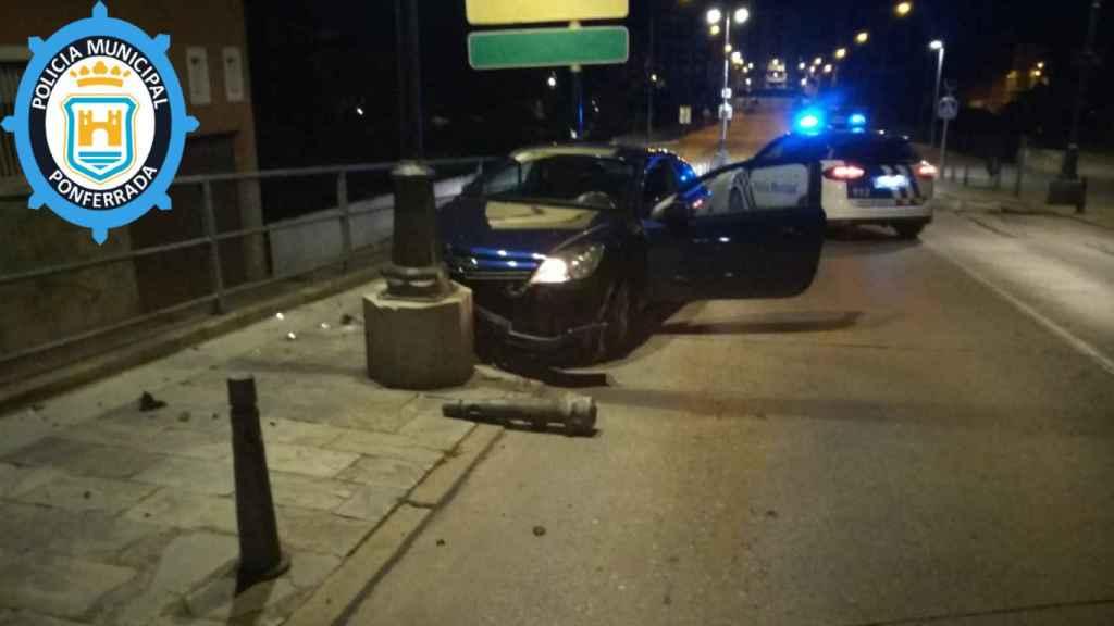 Estado en el que quedó el coche tras salirse de la calzada en Ponferrada
