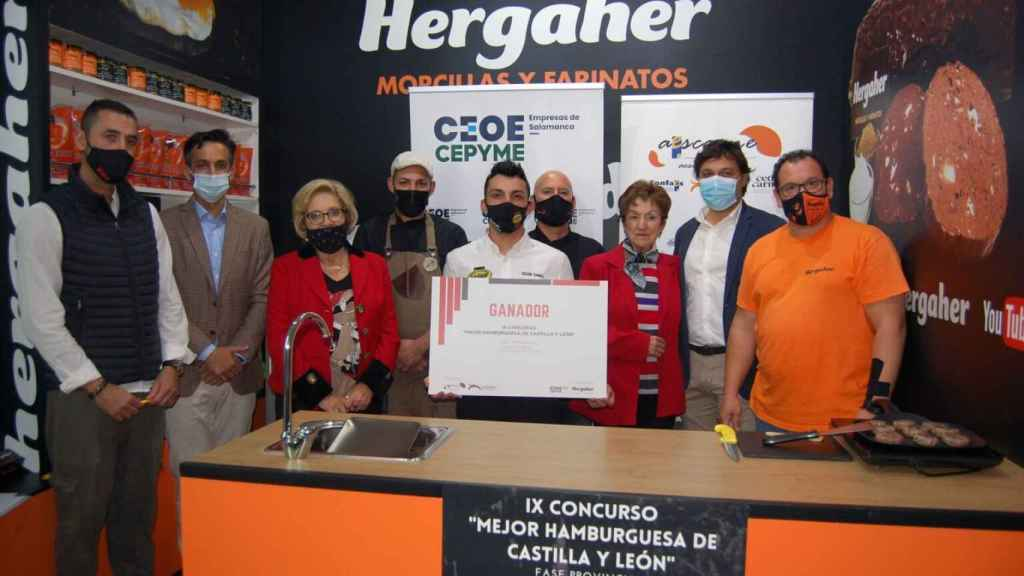 Entrega del diploma a la hamburguesa que representará a Salamanca