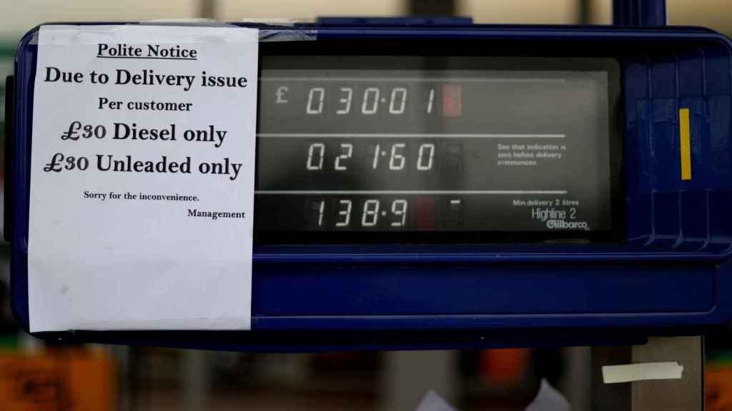 Las gasolineras de Reino Unido cuelgan carteles para advertir a los clientes del precio máximo de repostaje.