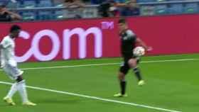 El posible penalti por mano que forzó Vinicius y no pitaron al Sheriff