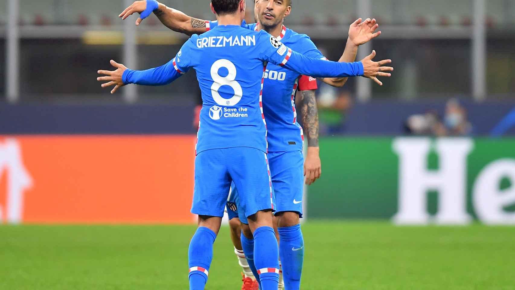 Griezmann y Suárez se abrazan
