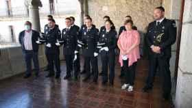 Los nuevos policías locales posan con la alcaldesa de Béjar