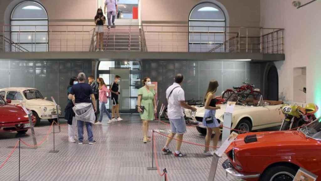 El público visita el Museo de Historia de la Automoción