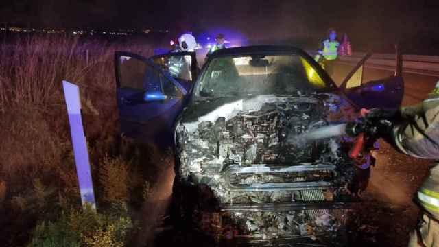 Imagen del fuego en el vehículo en la A-62