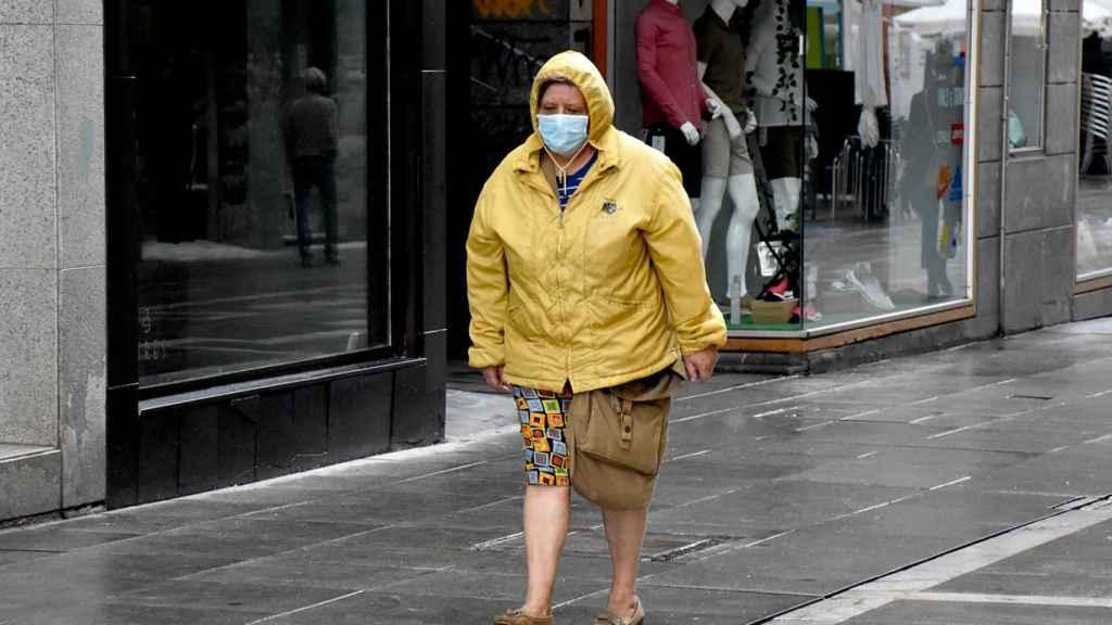 Una mujer con mascarilla pasea por Santa Clara en Zamora