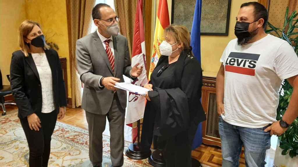 El subdelegado del Gobierno en Zamora, Ángel Blanco con la alcaldesa de Villanueva de Valrojo, Belén Martín