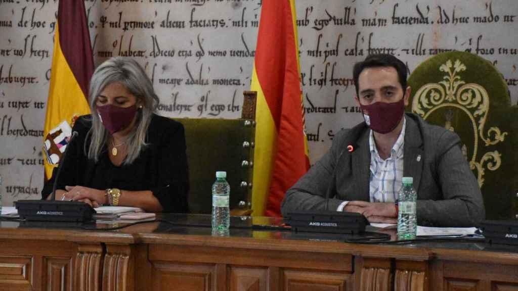 El alcalde de Benavente, Luciano Huerga y la concejal Patricia Martín, en el salón de plenos