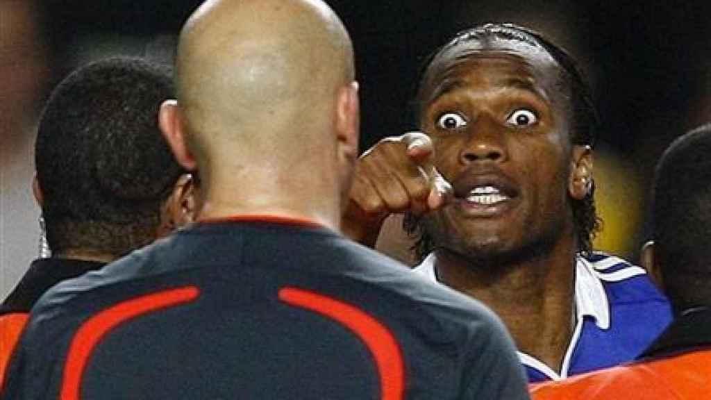 Drogba señalando a Ovrebo por el escándalo arbitral del Chelsea - Barcelona de 2009