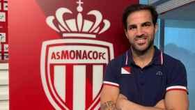 Cesc Fàbregas posa junto al escudo del AS Mónaco