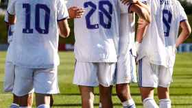 Julen Jon Guerrero celebra con sus compañeros del Juvenil A del Real Madrid su gol