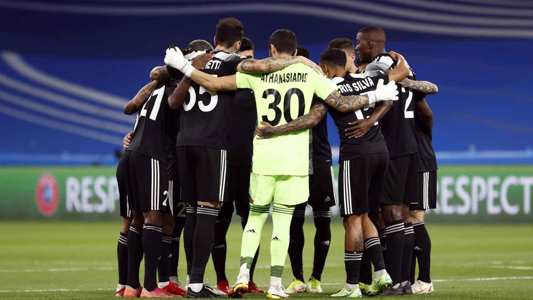 Piña de los futbolistas del Sheriff antes de comenzar el partido frente al Real Madrid