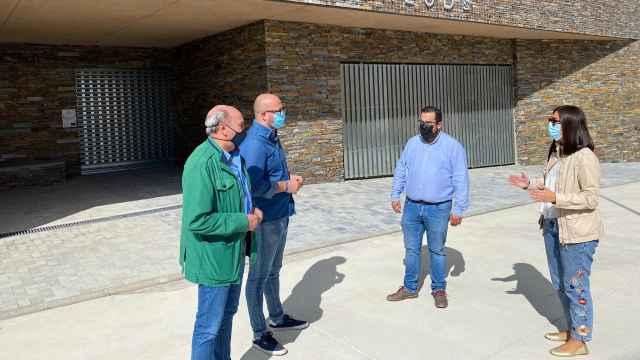 Castillo, Patricio, Latre y Pascual en la entrada del nuevo centro de salud de Alcolea del Pinar (Guadalajara)